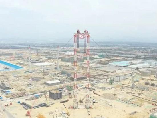 广东石化项目:5000吨门式起重机已就位,将吊近3900吨抽余液塔!