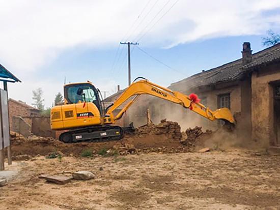 挖掘机作业,如何避免行走中产生的意外?