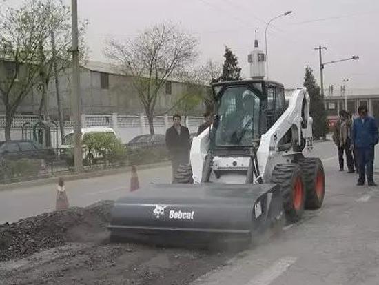 山猫公路养护施工案例及属具应用
