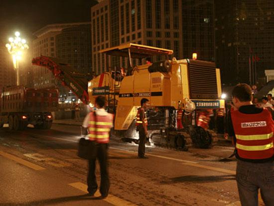 三一2000型铣刨机在长安街施工
