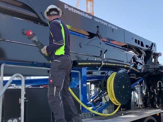 边插电边干活:全球第一台「混动」泵车交付!