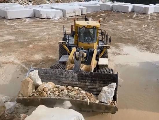 大理石采矿现场,实拍装载机装车全过程,不比挖掘机效率低
