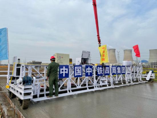 智能铺装!扬州首台超声波桁架摊铺机投入使用