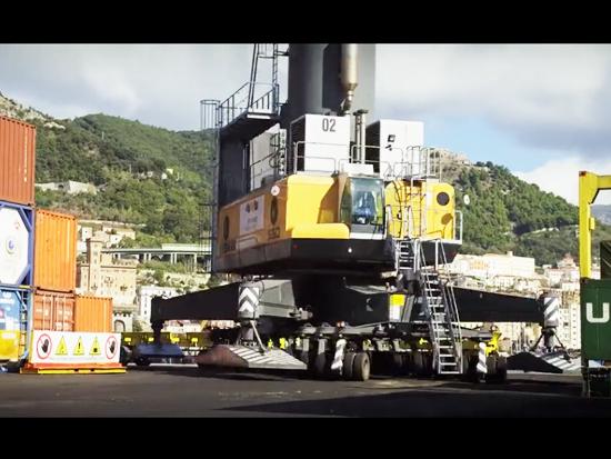 利勃海爾--移動港口起重機在工作