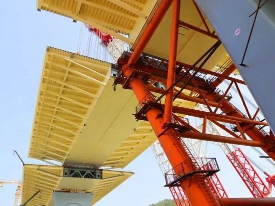 金海大橋首個邊跨鋼箱梁合龍
