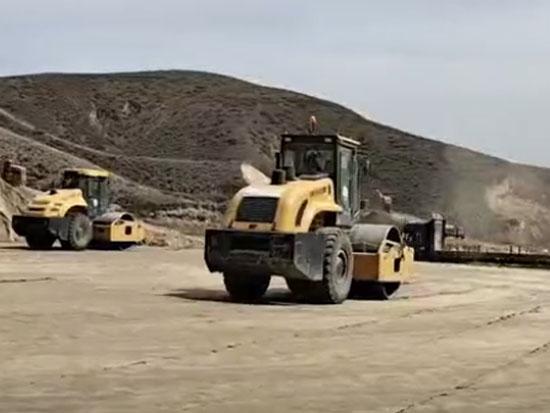 山推成套壓路機在國家高速公路同時施工