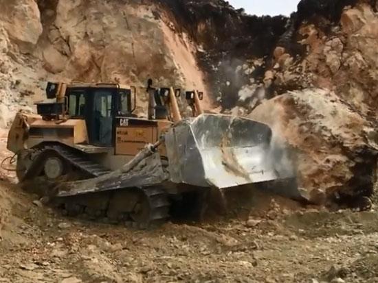 矿场上的推土机和装载机,真强大