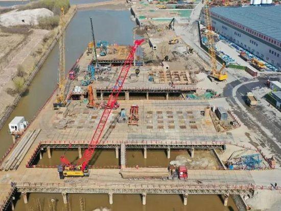 """公铁同层不对称的""""偏心桥""""怎么建?三一钢铁巨臂来拉平!"""
