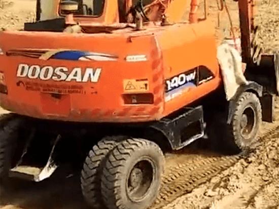 轮式挖掘机在行走时,需不需要区分车头和车尾