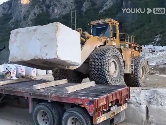 Cat 988B轮式装载机运输超重物