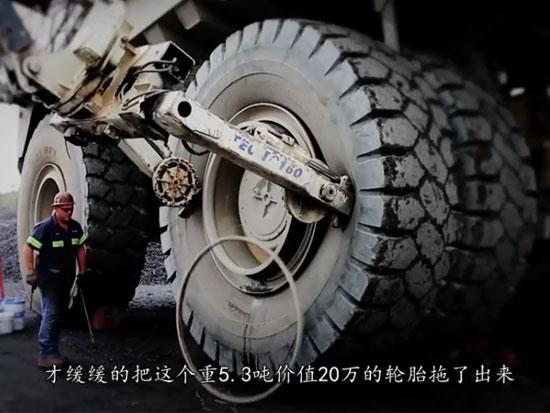 大型矿用卡车换轮胎,重5.3吨价值20万,一个螺丝都要用大机器