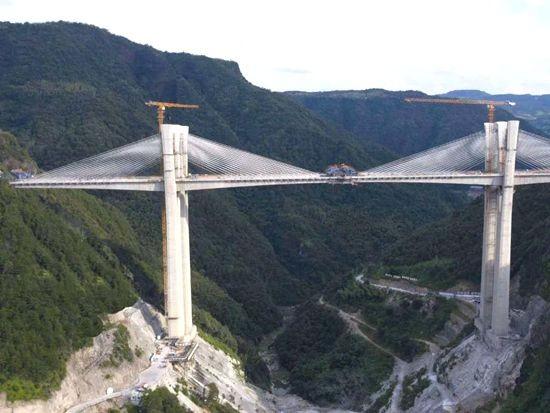 跨越天堑,徐工塔机助建桥梁项目高品质建设