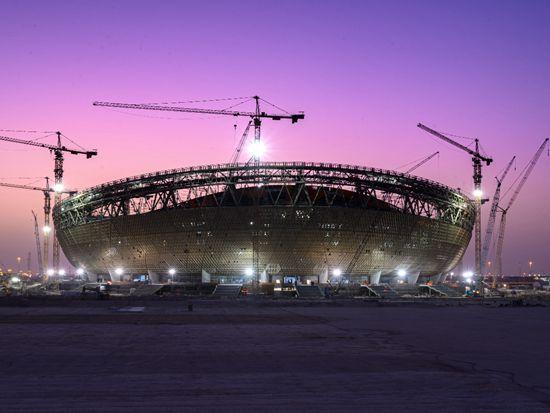 """深入""""一带一路""""国家建设 中联重科塔机助力完成2022世界杯主场馆封顶"""