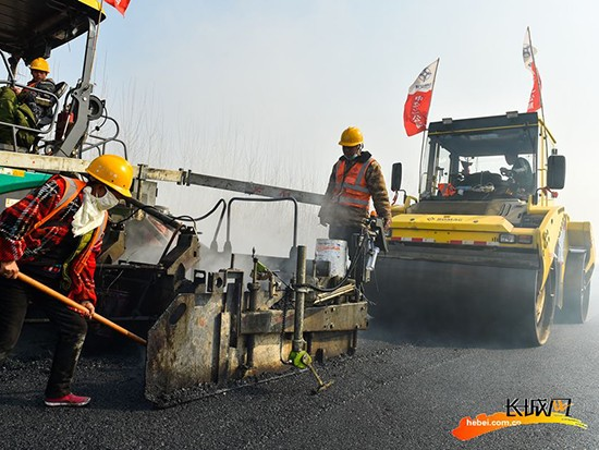 震撼直击荣乌高速新线施工现场:压路机钢轮滚滚 5月底全线通车