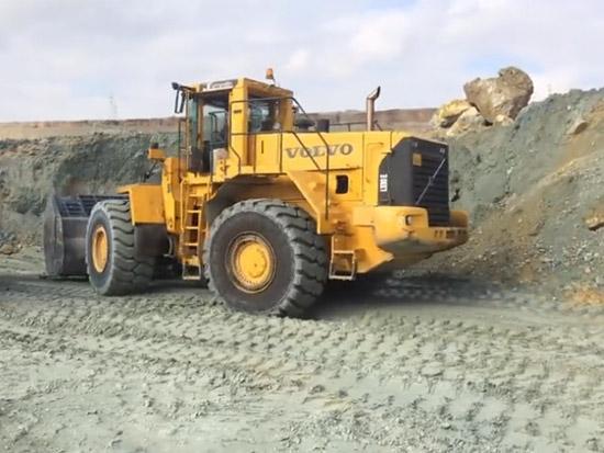 矿场上的履带式挖掘机、推土机和装载机,真强大
