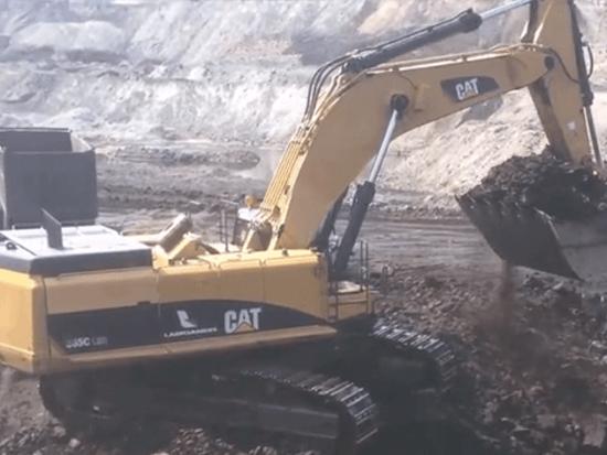 实拍高效率的卡特385C型挖掘机为渣土车装料