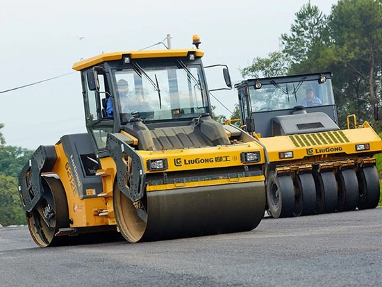 柳工摊铺机走在前端,各道路持续施工!