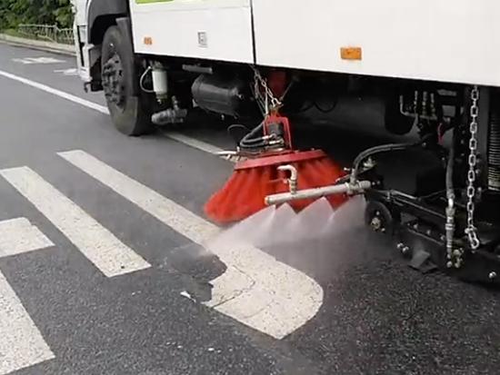 东风天龙后双桥洗扫车工作视频