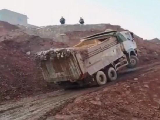 渣土車爬坡倒溜險翻車,挖機師傅精彩救援!