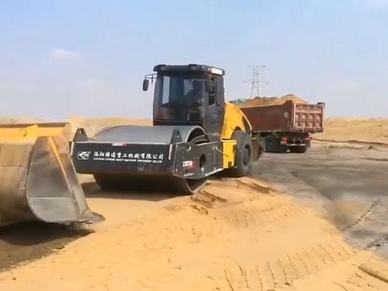洛阳路通LTD726H26吨全液压双驱单钢轮振动压路机在沙漠施工