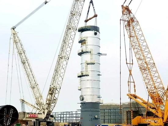 榆神50万吨煤基乙醇项目乙醇装置核心塔器就位