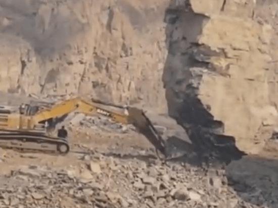 挖掘机到底有多大能耐,一块石头都不如它法眼,真是仗着自己有点实力