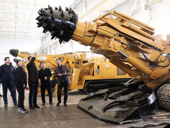 山东用户到冀中装备石煤机公司选型智能掘进机