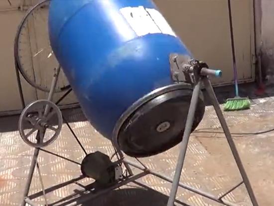 国外农民大叔发明混凝土搅拌机,一次能搅拌100斤水泥料,200元造一台