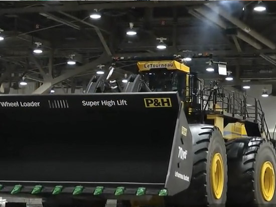 """中国引进""""最强""""装载机,车轮宽度达到4米!一铲子能装90吨料"""