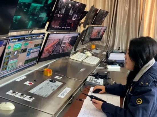 钦州港自动化码头首台IGV进场测试