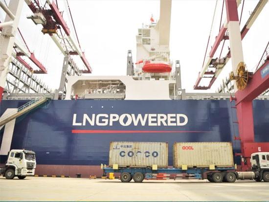 山东港口青岛港迎来首艘LNG动力集装箱船