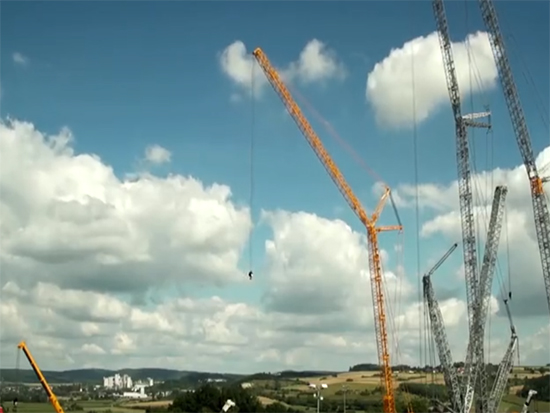"""37层楼高的""""起重机"""",吊起870吨物体,常人不敢驾驭!"""