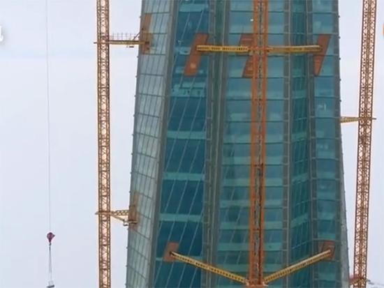 利勃海尔确保欧洲第一高楼顺利进行,技术员维护起重机