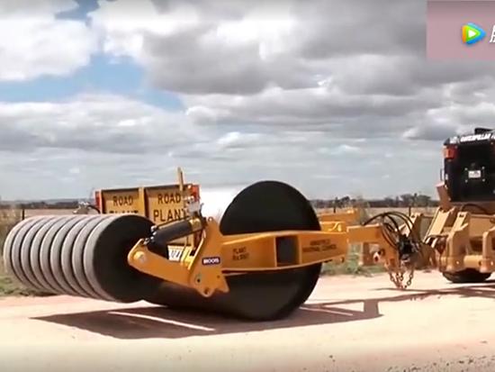 工程重型设备压路机,得让大型机器带动
