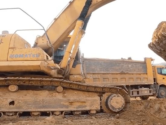 在工地上一个小时几百元的小松360-7挖掘机装车