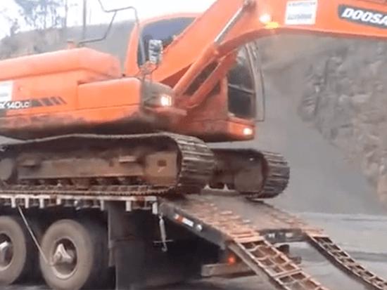 实拍斗山挖掘机上卡车,挖机司机全程自助技术真不错