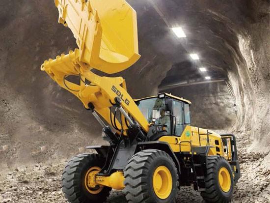 隧道高手,山东临工L956H侧卸装载机有劲儿还平稳!