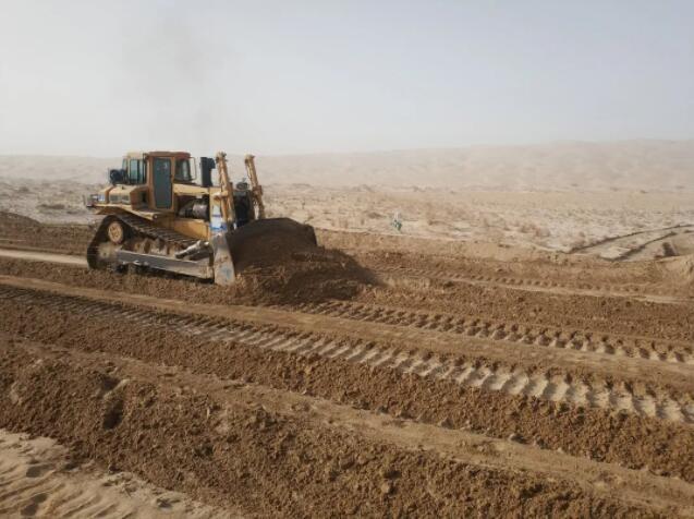 记新疆沙漠公路的推土机操作手