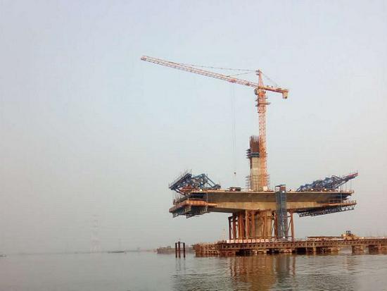TC6010-8T塔式起重机大桥建设工程吊装现场