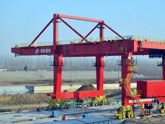 济矿物流集装箱码头岸边门式起重机正在安装