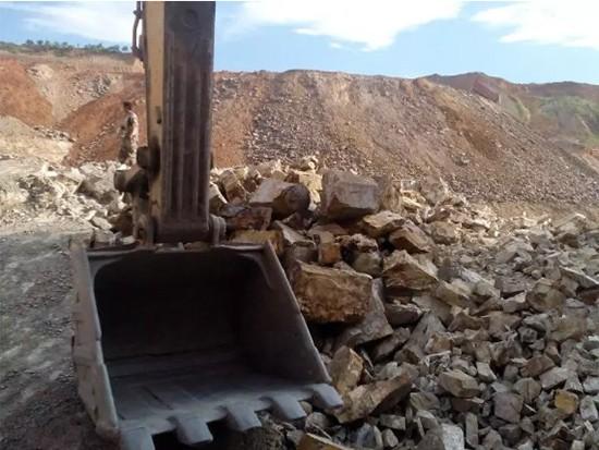 今天教你挖掘機的強大功能:用斗子當簸箕篩料