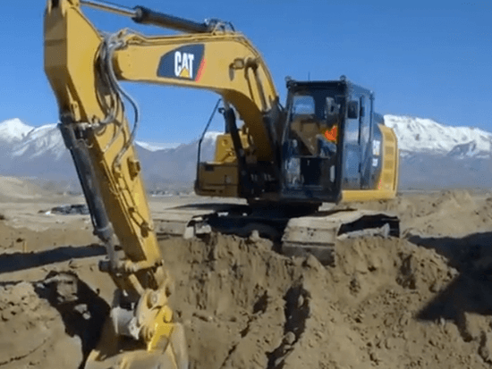 实拍卡特挖掘机装载过程,一铲就是1吨土,30天挖空一座山!