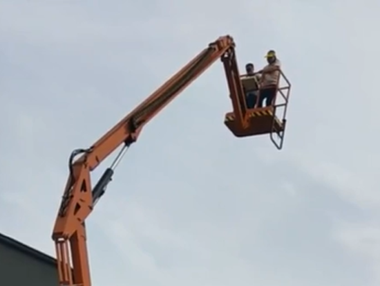 折臂式電動升降機,高空作業好幫手