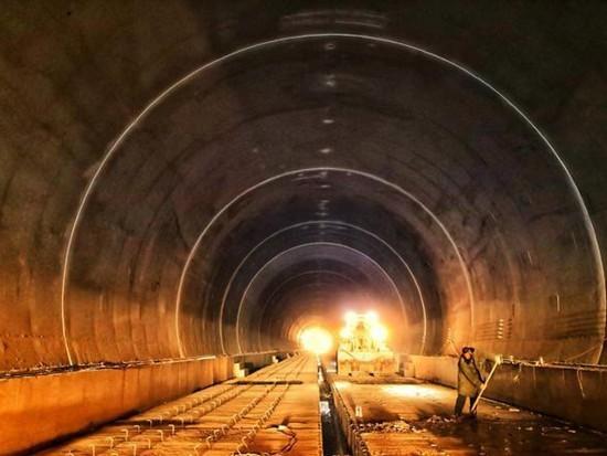 凿穿喜马拉雅山脉!中国动用2千吨巨无霸,地球最高地建珠峰铁路