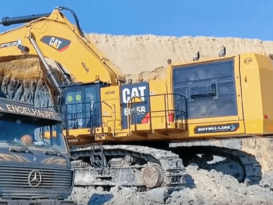卡特6015B挖掘機,前四后八兩斗就滿,簡直是裝車利器