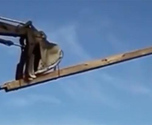 怕被砸到挖掘机司机使用杠杆原理拆除,一碰就倒,遇上豆腐渣工程了