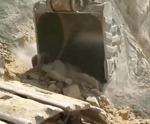 挖掘机在峭壁上施工的第一视角,司机不光要技术好,还要胆子大!