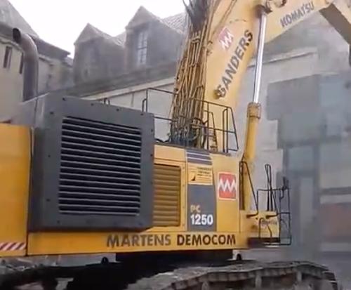 小松一千吨挖掘机PC1250带液压剪扒房子