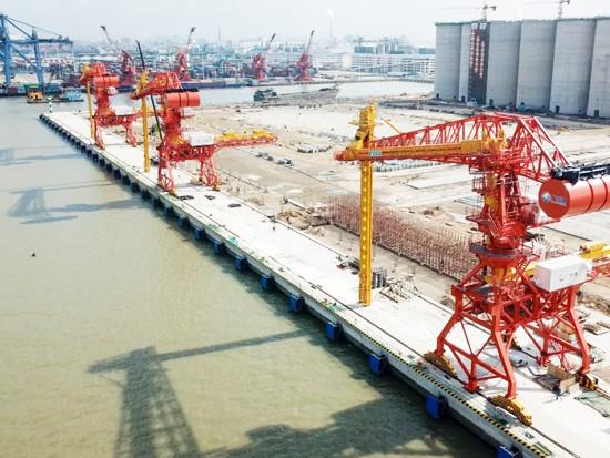 新沙港二期工程移动式连续卸船机完成总装