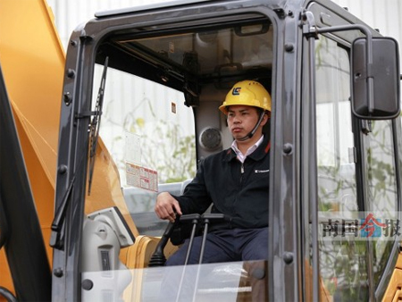 """视挖掘机为好伙伴的""""老司机""""创造吉尼斯纪录"""